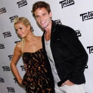 Paris Hilton e Jonatas Faro posam para os fotógrafos no backstage da Triton