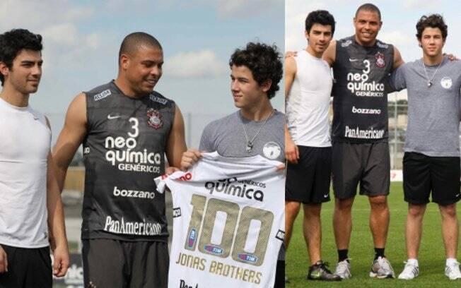 Ronaldo com os fãs famosos Jonas Brothers em novembro de 2010