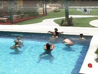 Brothers se refrescam na piscina