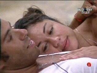 Maria e Mau Mau ficam abraçados na área externa do reality