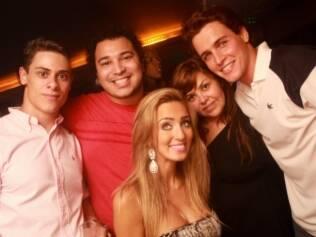 Felipe Dylon vai à boate carioca com namorada e amigos