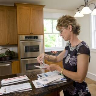 Endividamento feminino é reflexo de maior acesso ao crédito, mas não só isso