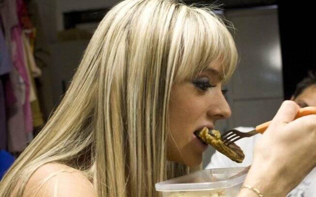 Juju faz uma pausa para comer uma de suas marmitas: alimentação de três em três horas