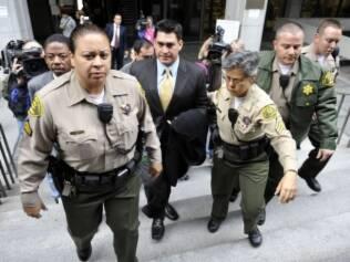 Alberto Alvarez é escoltado pela polícia antes de prestar depoimento no tribunal de Los Angeles