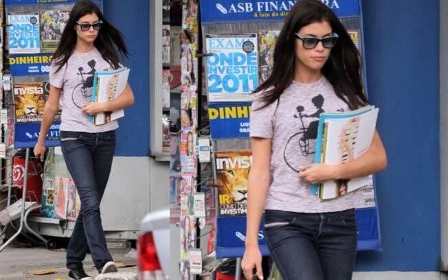 Alinne Moraes é adepta de looks descontraídos: a atriz usou jeans, All-Star, camiseta e óculos wayfarer