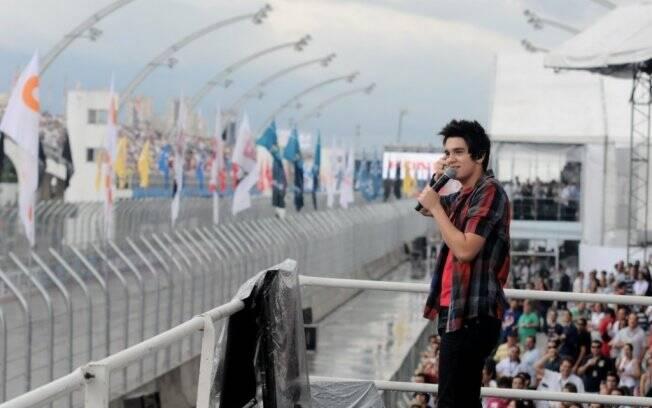 Luan Santana canta o hino nacional na abertura da Fórmula Indy
