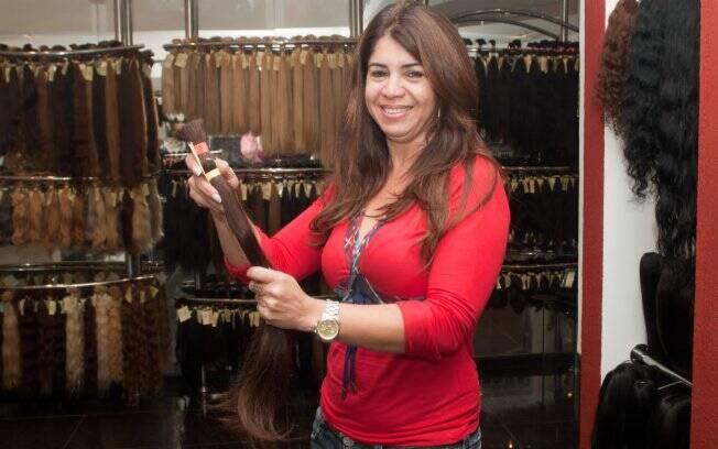 Com uma amostra do cabelo natural, Nelma busca o megahair perfeito na loja Cariocabelos