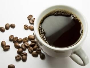Acredita-se que a cafeína contraia as veias dilatadas ao redor do cérebro e alivie a dor