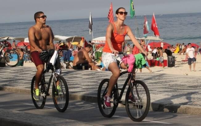 Luana Piovani passeia de bicicleta na orla com o namorado