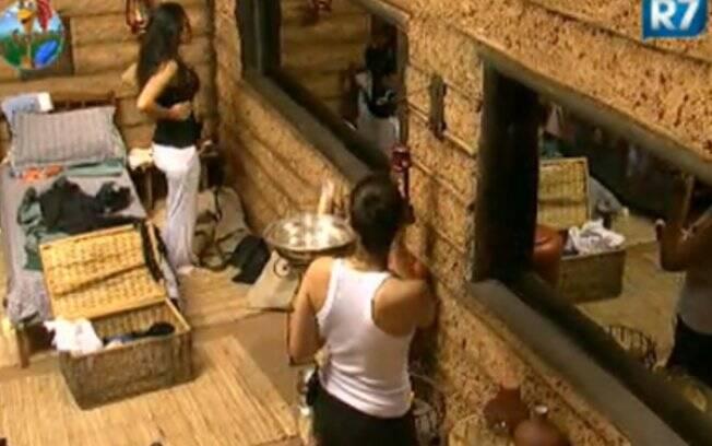Ana Paula e Franciely conversam na casa da roça