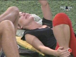 Diana relaxa no gramado do reality