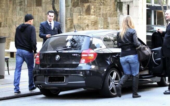 O jogador e a repórter deixam o restaurante  no carro dele