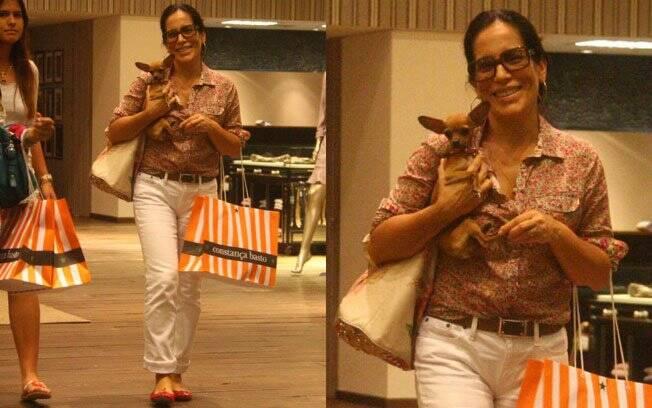 Passeando pelo shopping com a filha, Gloria Pires parecia que parou no tempo ao combinar esse cinto com a camisa e a calça branca