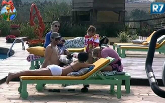 Marlon e as mulheres na piscina