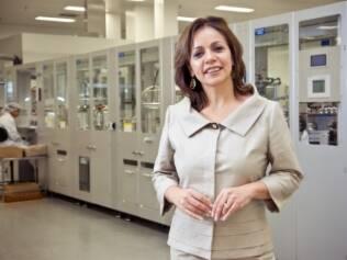 Dagmar Brum, vice-presidente de vendas da Avon no Brasil, mostra a fábrica da empresa, localizada em São Paulo