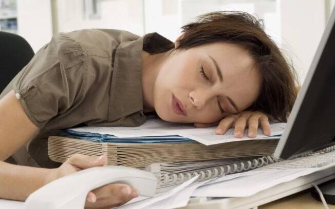 Sono súbito e incontrolável pode ser um sintoma de narcolepsia