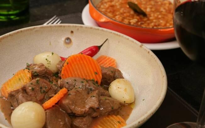 O pernil de cordeiro assado e servido com um cozido de feijões brancos e tomates maduros é típico da Páscoa na França