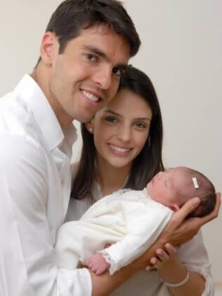 Kaká, Carol Celico e Isabella produzem retrato ainda na maternidade