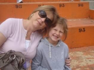 Monika e a filha, Ana Carolina: aos sete anos ela fala alemão e português. Além disso, está aprendendo inglês