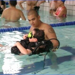 Aulas aquáticas ajudam criança a socializar