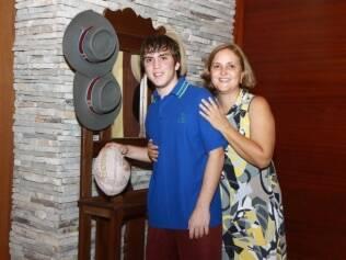 Dario e a mãe ao lado de recordações da Austrália: lição de perseverança