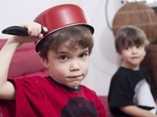 Os irmãos Romeu, de 3 anos, e Matias, 4: um adora cozinhar e até quebra ovos sozinho; o outro tem ouvido aguçado para a música