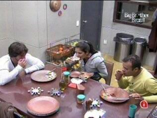 O trio conversa na cozinha