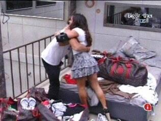 Sister pede um abraço ao brother