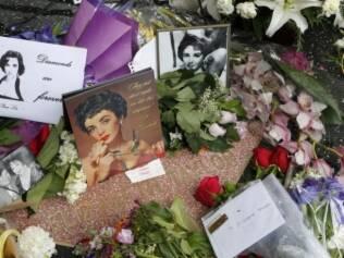 Fãs encheram a estrela de Elizabeth Taylor na Calçada da Fama de flores e homenagens nesta quinta-feira (24)