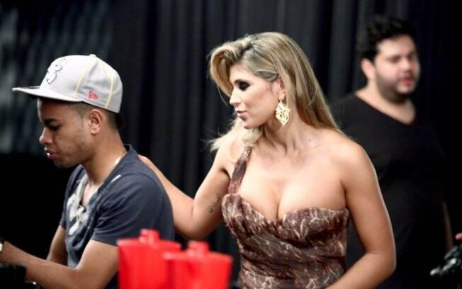 O casal não se desgrudou durante uma sessão de fotos em Goiânia