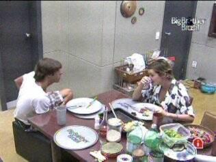 Diana e Maurício conversam na cozinha do Lado B