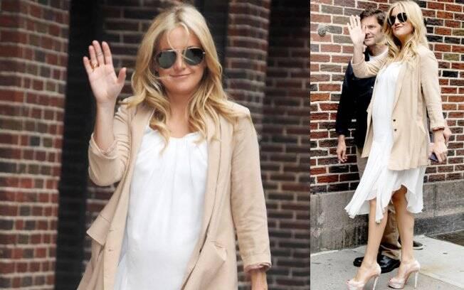 Kate Hudson escolheu um vestido branco de seda e um blazer nude para dar uma volta por Nova York