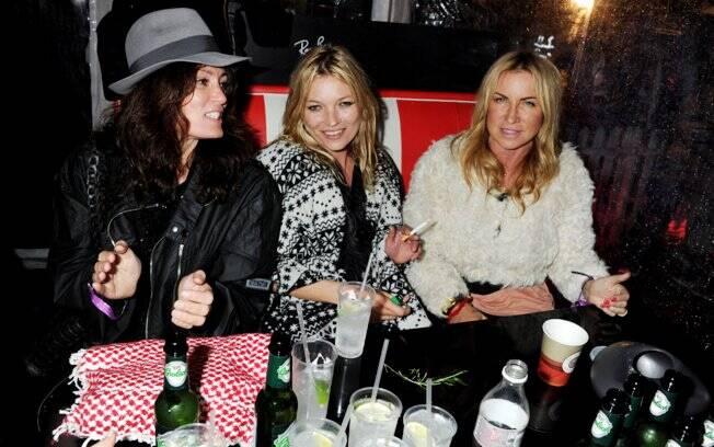 Kate Moss com as amigas Meg Matthews, ex do músico Noel Gallagher, e Sadie Frost