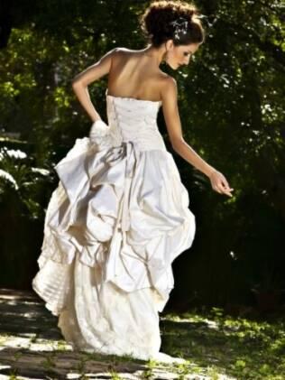 Vestido de Lourdinha Noyama: cauda em tecido fluido e o decote tomara que caia