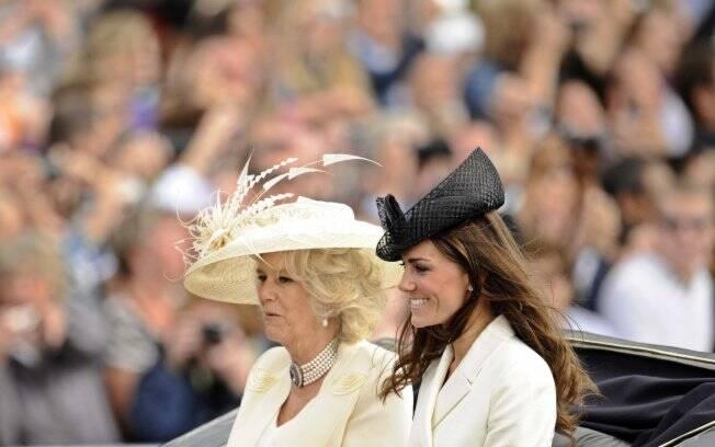 Kate Middleton desfila em carruagem ao lado de Camila Parker-Bowles