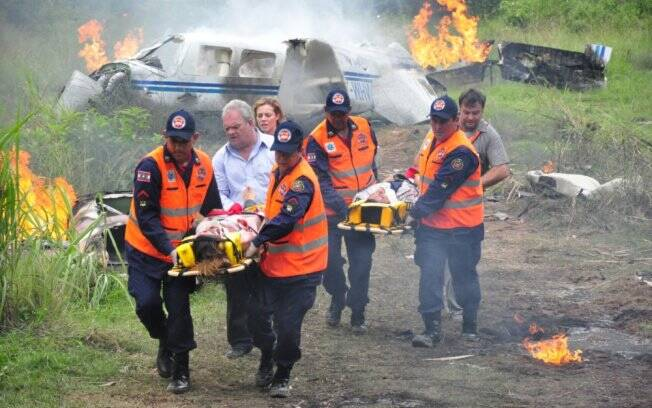 O avião do ex-casal cai em um descampado