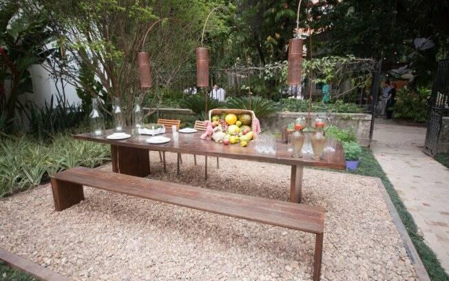 cerca de jardim ferro : cerca de jardim ferro:de ferro oxidado iluminam a mesa de madeira de demolição do Jardim