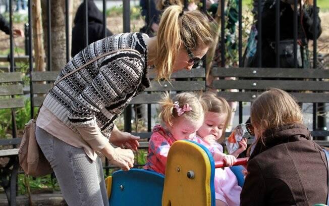 Sarah Jessica Parker tirou o dia de folga das gravações de 'I Don't Know How She Does It' para passear com as filhas no parque