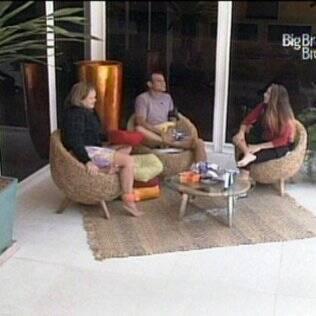 Paula, Daniel e Michelly conversam na varanda