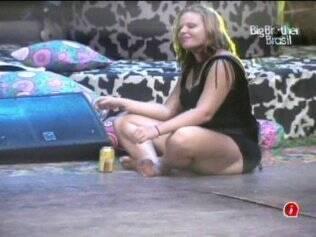 Sozinha, Paula curte as músicas da Festa Country