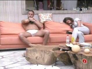 Diogo e Maria ficam sentados no sofá ainda sonolentos