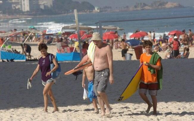 Dia de sol e calor para o jornalista Pedro Bial e família