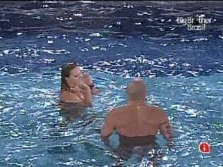 Diogo e Paula conversam na piscina