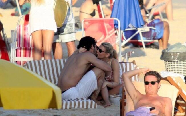 Alexandre Pato e a namorada se beijam na praia de Ipanema