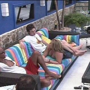Igor senta em cima de Paulinha para conversar