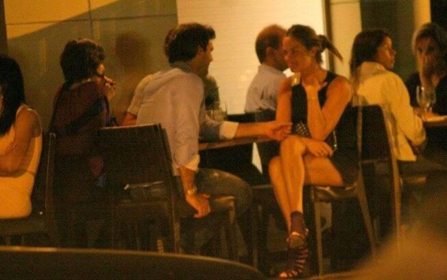 Letícia Birkheuer troca olhares com Alexandre Furmanovich no Sushi Leblon