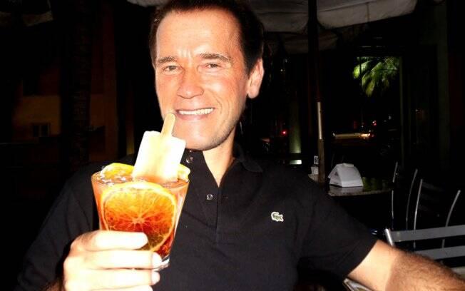 Para começar, não seria diferente: Schwarzenegger pode tomar uma caipirinha exótica de cupuaçu