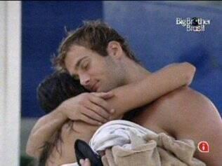 Maria ganha abraço carinhoso de Wesley