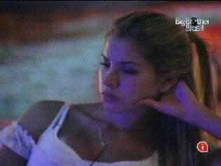 Adriana fica com o pensamento distante no final da festa