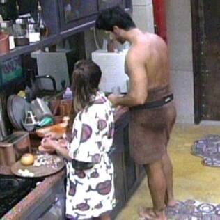 Maria conversa com Rodrigão enquanto prepara o almoço